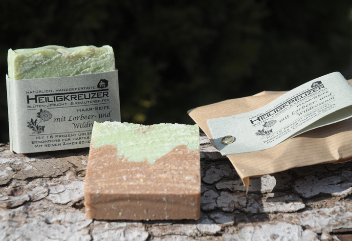 Probestücke werden im Papierbeutel verpackt (rechts).