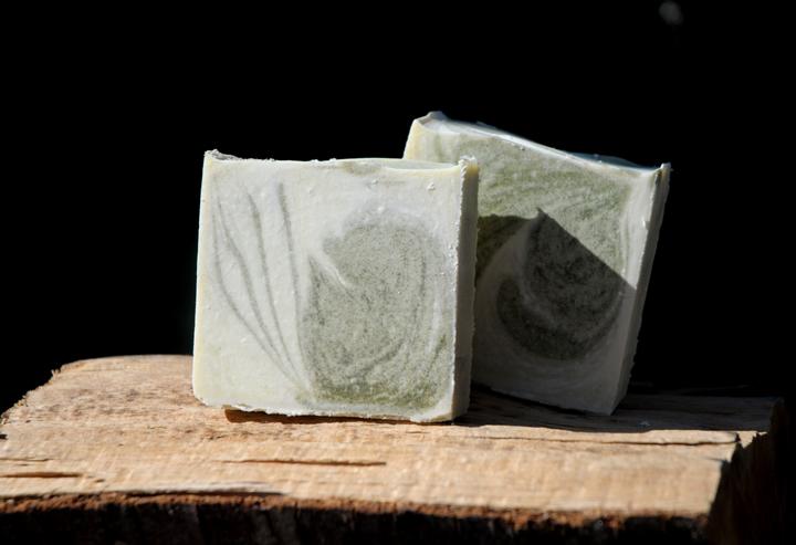 Kaltgerührte feste Seife aus Lauge und Pflanzenölen: Ebenso reinlich wie ihr synthetisches Pendant in flüssiger Form.