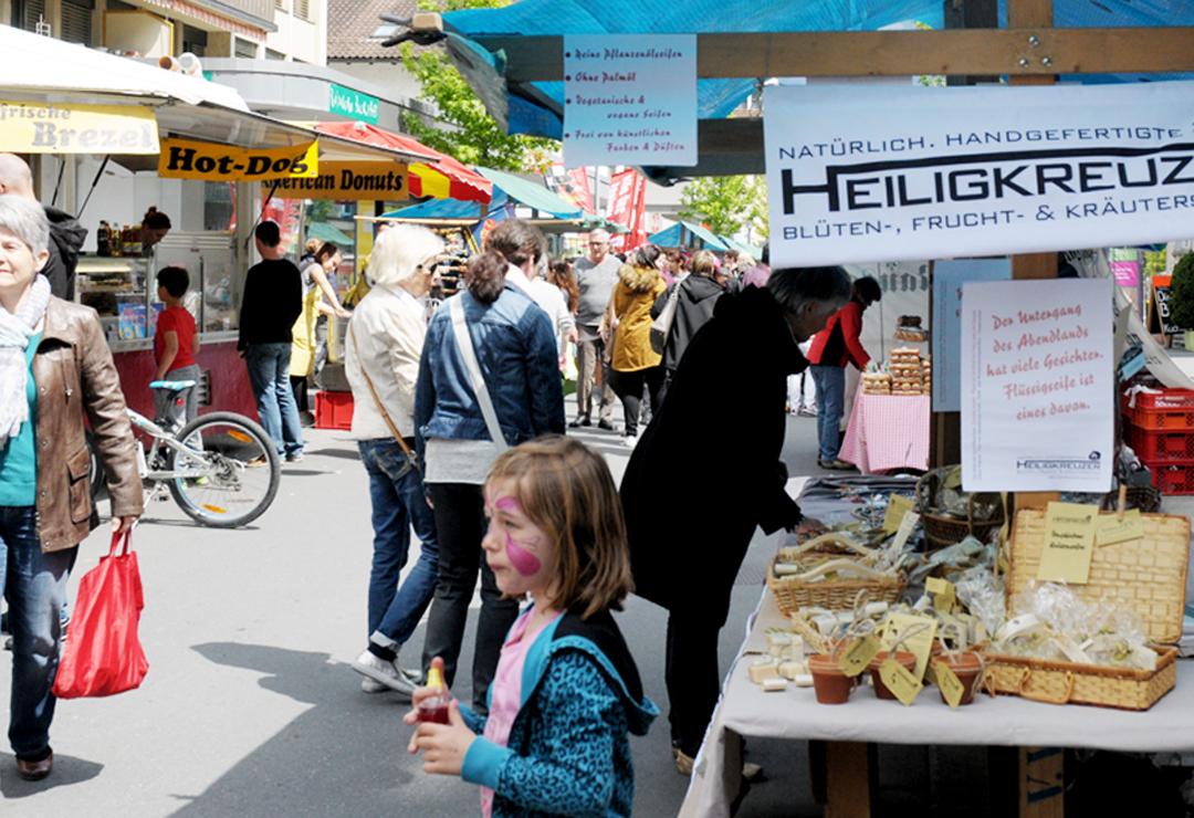 Auf der zentralen Bahnhofstrasse in Buchs: Heiligkreuzer Seifen am Frühlingsmarkt. Diesmal kaum zu erriechen, der Brezel- und Hot-Dog-Stand gegenüber genoss eindeutig die Geruchshoheit ;-)