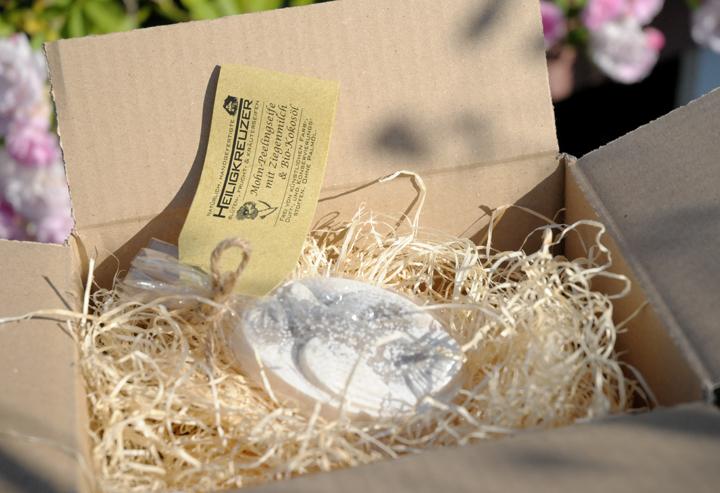 Ihre Seifen kommen gepolstert auf Holzwolle. Die Zellglasbeutel sind kompostierbar.