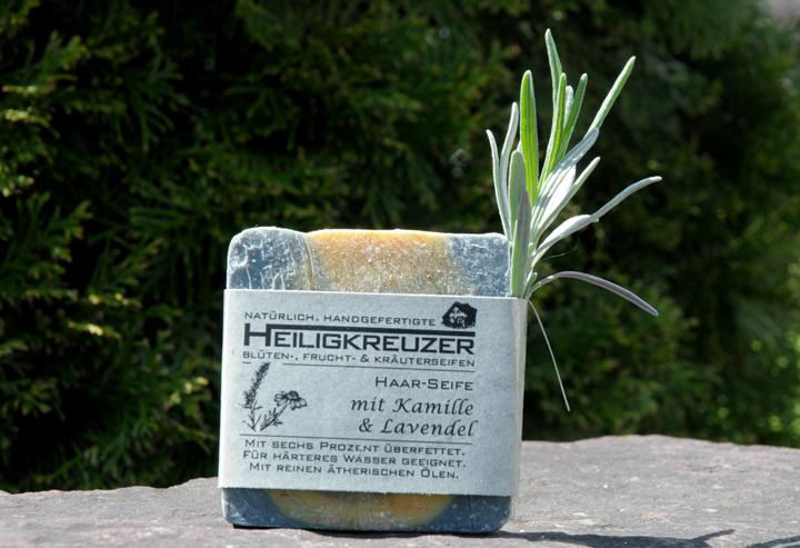 Eine Haarseife mit sechs Prozent Überfettung. Mit pflegender Kamille und feinem Lavendelduft.