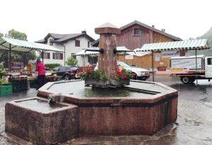 Markt rund um den Dorfbrunnen.