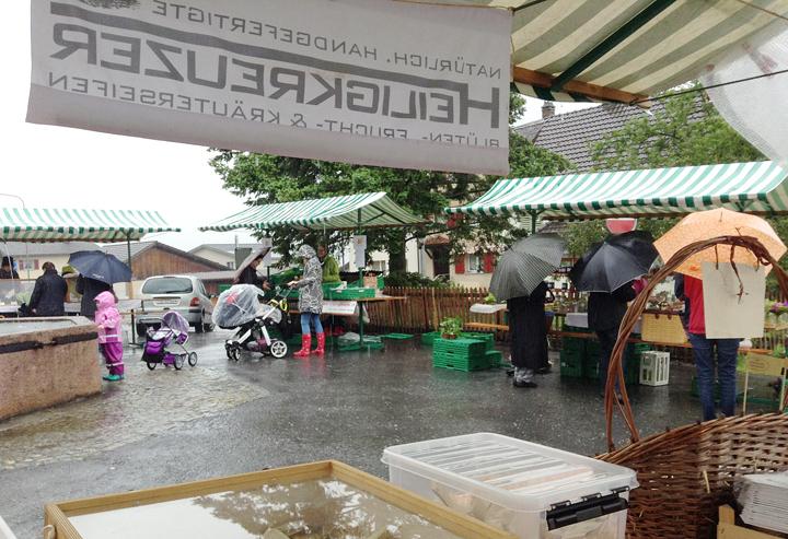Tapfere Vilterser beim wöchentlichen Markteinkauf.