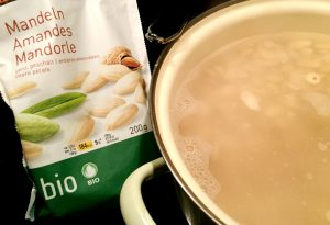 Für die Mandelmilch quellen die Bio-Mandelkerne zunächst in heissem Wasser.