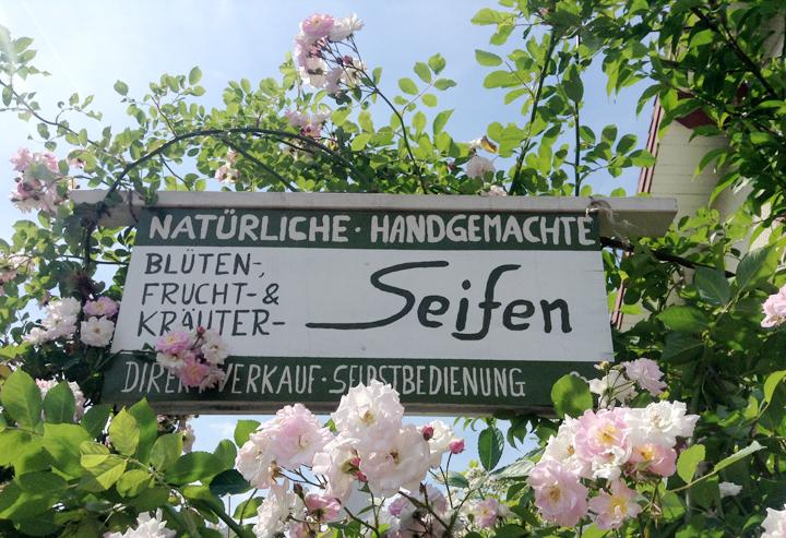Hier geht's zum Direktverkauf: Hinweisschild vor dem Haus.