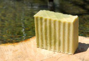 Auch Seifen für Hände und Körper können prinzipiell zum Haarewaschen verwendet werden.