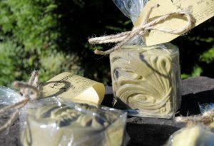 Eine Seife zum Duschen, Baden und Geniessen: Mit cremigem Schaum und dem harmonisch-zitronigen Duft nach Melisse.