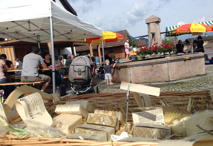 Gemüse, Blumen, Käse, Eingemachtes und frischer Kuchen: Ein sympathischer Markt.