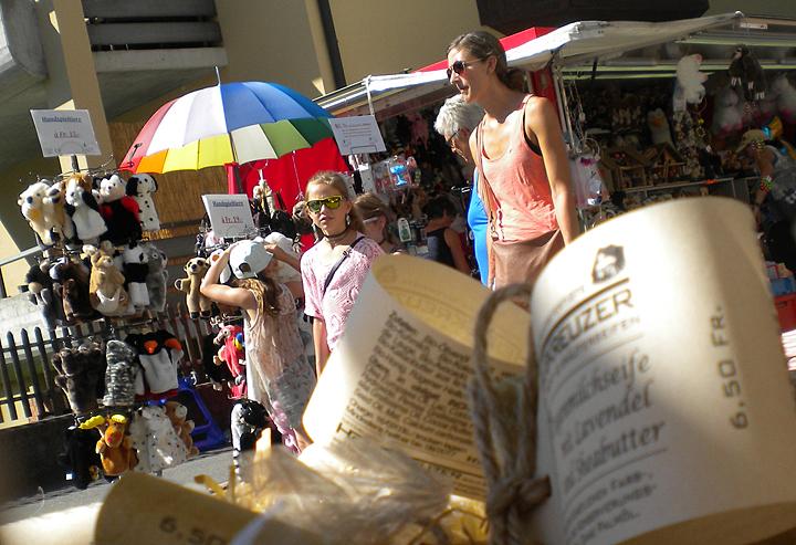 Sonnenschirmpflicht: Batholomäusmarkt in Mels am 25. August 2016.