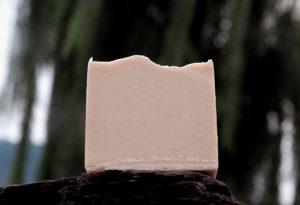 Sanft und zart: Die rosa Tonerde verleigt dieser Seife die Farbe und reinigt porentief, ohne die Haut zu reizen.