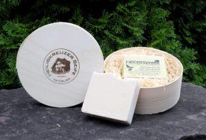 Patchouliseife mit Sheabutter als Geschenk: Nachhaltig verpackt in der Spandose auf Holzwolle. Ein cremiges Erlebnis nicht nur für trockene Winterhaut.