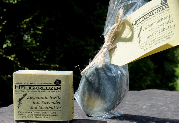 Mit dem Duft der Provence: Eine echte Rasierseife mit Lavendelduft pflegender Sheabutter.