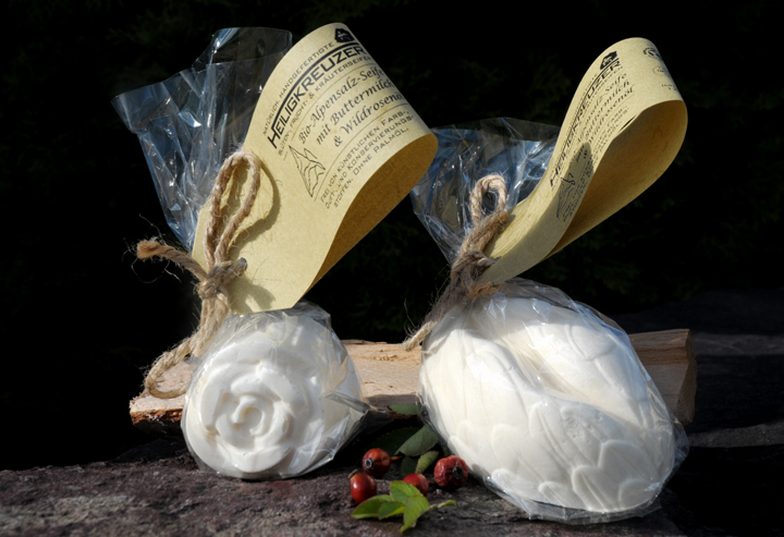 """Kann vor allem bei Hautunreinheiten und Pickeln helfen: Bio-Alpensalz-Seife - im Bild die Formen """"Rose"""" und """"Oval Blätter"""" (von links)."""