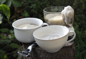 Hautschmeichelnd: Vegane Bio-Rasierseife mit Brennnessel im Tiegel.