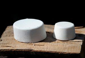 """Ergiebig: Täglich nur fürs Gesicht verwendet, hält die Seife je nach Grösse mehrere Monate. Im Bild die Formen """"Oval"""" und """"Rund klein"""" (von links)."""