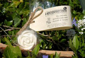"""Klärt die Haut wie ein Bad im Meer: Vegane Bio-Meersalz-Gesichtsseife mit nativem Sesamöl. Im Bild dir Form """"Rose klein""""."""