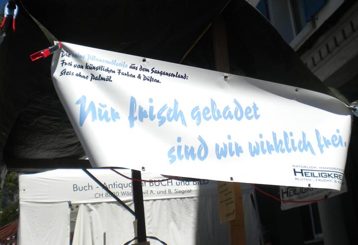 Heiligkreuzer Seifen daheim: Banner am Stand beim Bartholomäusmarkt in Mels.