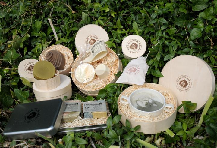 Seifen verschenken ohne Plastikmüll: In wiederverwendbaren oder kompostierbaren Seifendosen, Spandosen oder Baumwoll-Seifensäckchen.