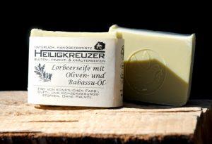 Lorbeer-Öl: Verleiht dieser Seife ihren Duft und ihre zartgrüne Farbe.