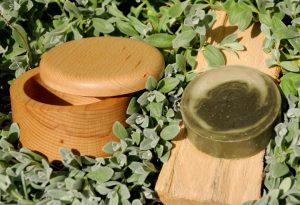 Eincremen überflüssig: Die höhere Überfettung pflegt die Haut schon beim Rasieren. Im Bild der Buchennholztiegel und das Nachfüllstück (ab Frühjahr 2019 erhältlich).