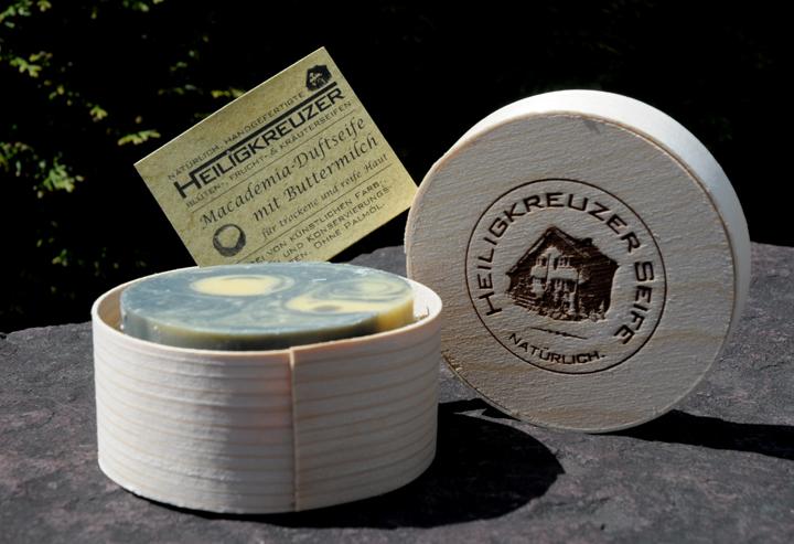 Pflegt trockene und reifere Haut: Buttermilchseife mit dem wertvollen Öl der Macademianuss.
