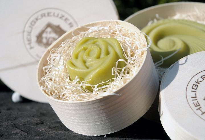 Besteht fast nur aus Avocadoöl: Diese feine und milde Bio-Seife entwickelt einen besonders cremigen und zarten Schaum. Ideal für empfindliche Gesichtshaut oder ein luxuriöses Duscherlebnis.