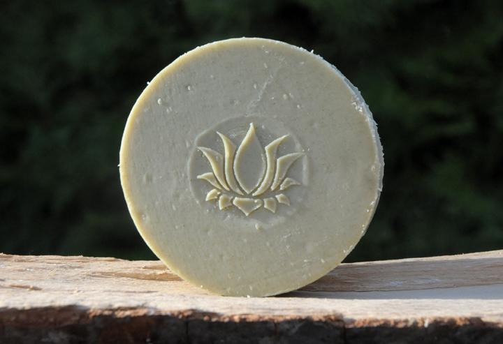 Zarte Seife mit einem süsslich-blumigen Duft.