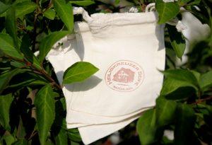 Seife aufbrauchen: Füllen Sie das Seifensäckchen mit Seifenresten und verwenden Sie es wie eine Seife.