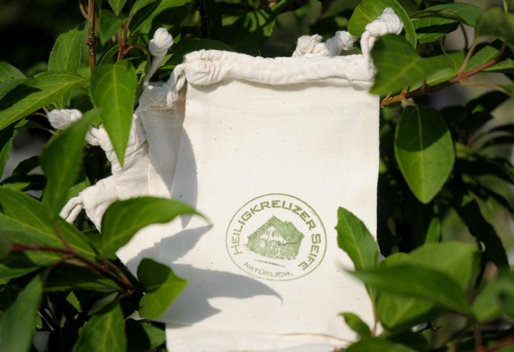 Praktisch und vegan: Das Seifensäckchen lässt auch kleine Seifenstücke schäumen.