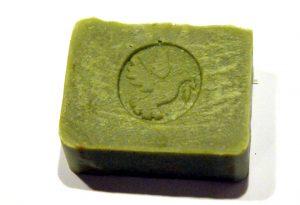Die Heiligkreuzer Oliven-Lorbeer-Seife direkt nach der Herstellung: Das Grün vergeht mit der Zeit.