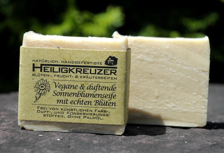 Vegane und sommerlich frisch duftend: Sonnenblumenseife mit echten Blüten (Abbildung ähnlich).