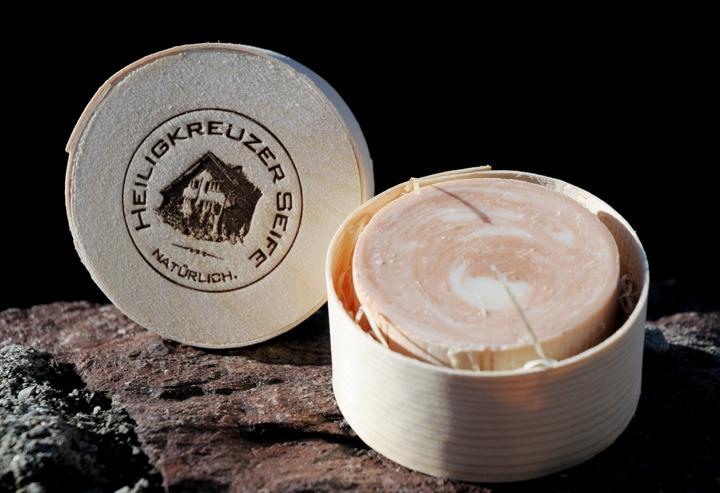 Edle Bio-Seife mit wertvollem unraffiniertem Wildrosenöl. Fertig als Geschenk verpackt in der Spandose.
