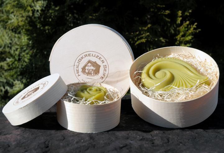 """In der Geschenkverpackung: Links die Variante """"Rose klein"""", rechts die Form """"Sonnenwind"""" in der Spandose."""