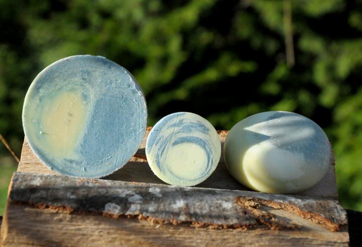 """Mit dem Duft der Provence: Lavendelseife mit viel Olivenöl und pflegender Sheabutter. Im Bild die Formen """"Blockform rund"""", """"Blockform rund klein"""" und """"Rundling"""" (von links)."""