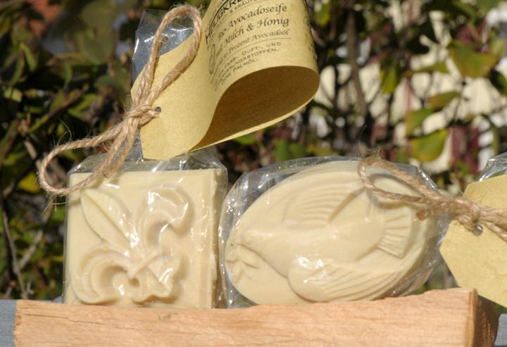 """Feine milde Bio-Seife mit besonders zartem Schaum. Im Bild die Form """"Quadrat Lilie"""" und """"Oval Taube""""."""