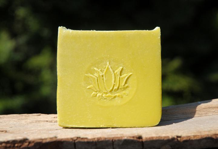 """Besteht fast nur aus Avocadoöl: Diese feine und milde Bio-Seife entwickelt einen besonders cremigen und zarten Schaum. Ideal für empfindliche Gesichtshaut oder ein luxuriöses Duscherlebnis. Im Bild die """"Blockform"""" mit (dem diesmal nicht ganz perfekt gewordenen) Lotus-Stempel."""