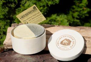 Pflegt trockene und reifere Haut: Buttermilchseife mit dem wertvollen Öl der Macadamianuss.