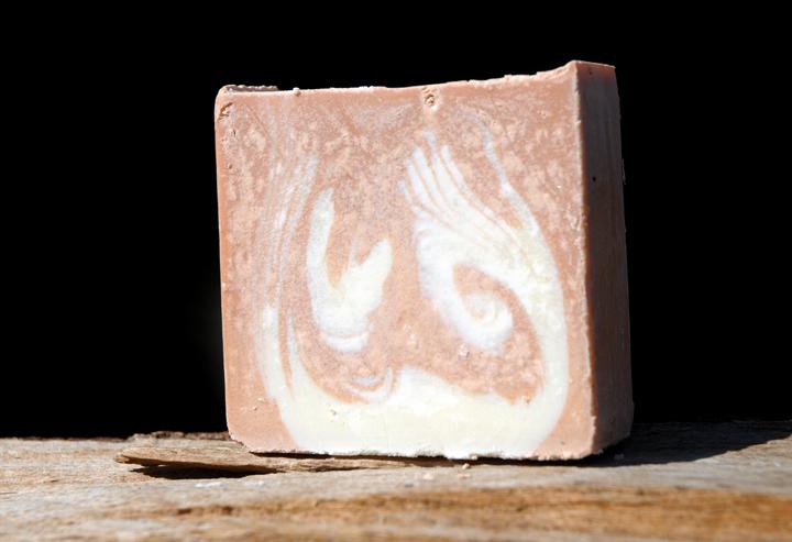 """Für trockene, reife und gestresste Haut: Rein pflanzliche Bio-Gesichtsseife mit wertvollem Wildrosenöl. Im Bild die Variante """"Blockform""""."""