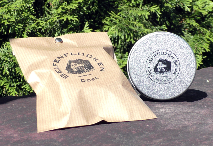 Kleine Seifendose aus Weissblech. Zum Befüllen mit Seifenflocken oder einem kleinen Seifenstück.