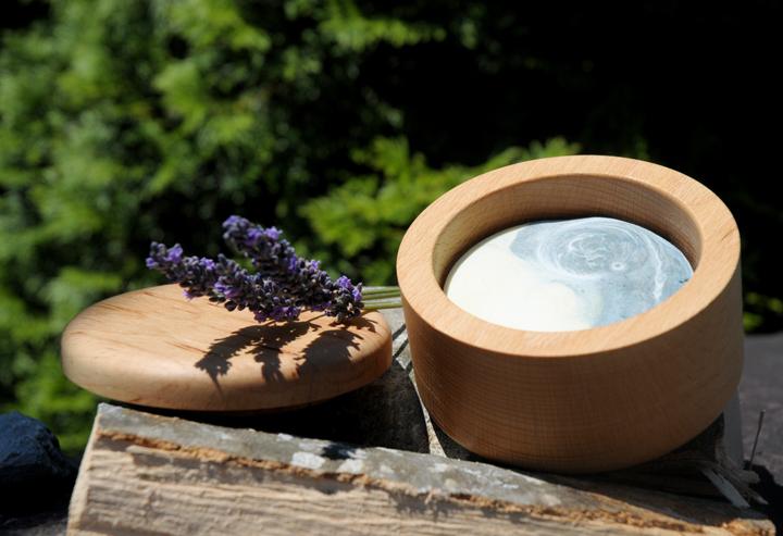 Im edlen Buchenholztiegel: Pflegende Lavendelrasierseife.