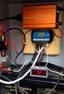 Solaranlage mit Wechselrichter, Laderegler, Ampèremeter und Batterie (von oben).