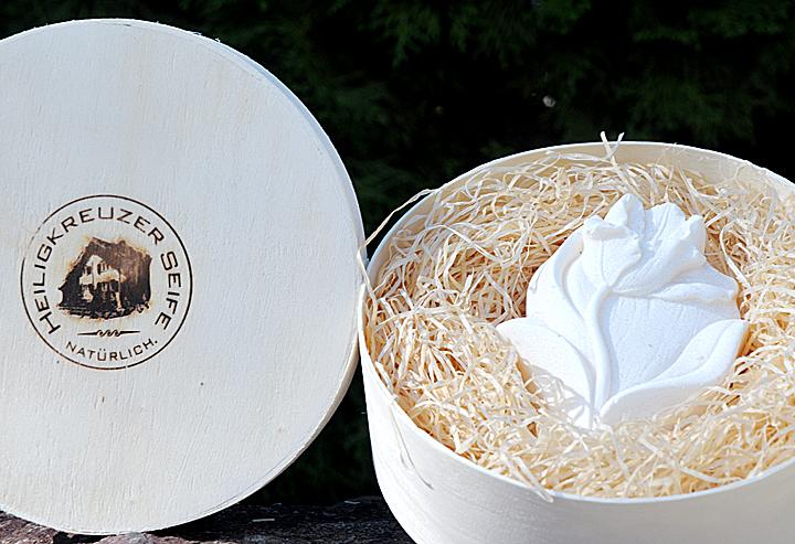 """Edle Mohnseife mit Ziegenmilch. In der Einzelstück-Variante #73 """"Tulpe""""."""