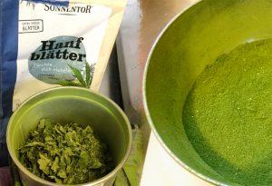 Für die grüne Farbe werden Hanfblätter fein gemahlen.