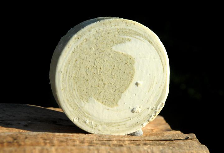 Zart pflegende vegane Bio-Gesichtsseife mit Hanf- und Wildrosenöl.