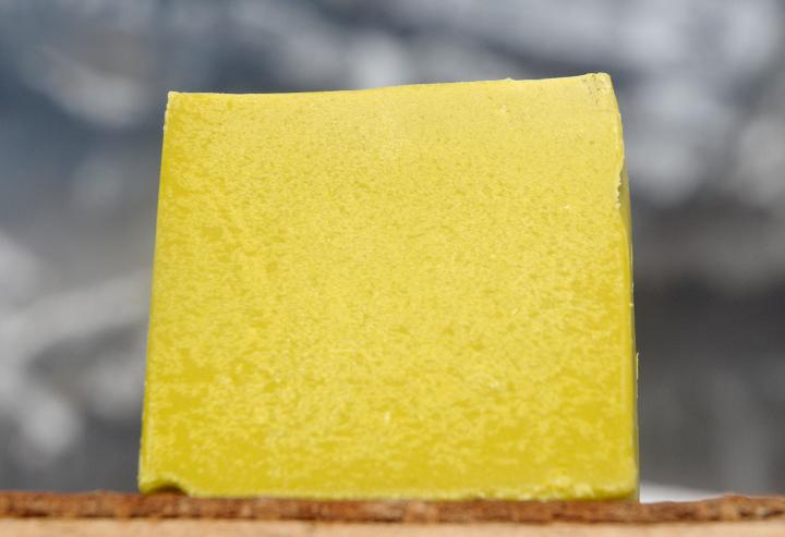 """Besteht fast nur aus Avocadoöl: Diese feine und milde Bio-Seife entwickelt einen besonders cremigen und zarten Schaum. Ideal für empfindliche Gesichtshaut oder ein luxuriöses Duscherlebnis. Im Bild die Variante """"Blockform""""."""