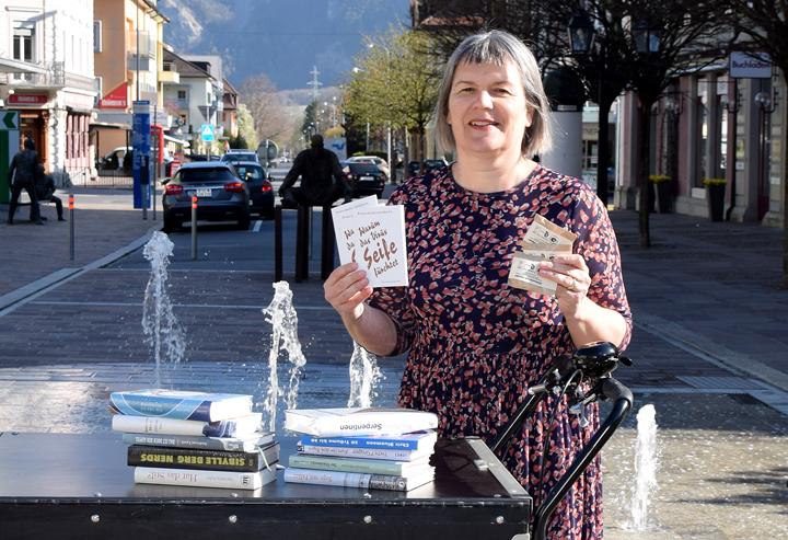"""Sabine Loop, Chefin des """"Buchladens Bad Ragaz"""", liefert Bestellungen mit einem Lastenfahrrad aus. Zu jeder Lieferung gibt's ein Seifengeschenk."""