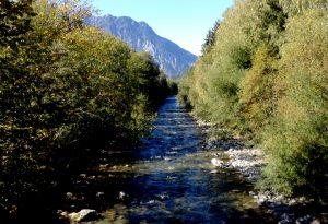 Seifen bauen sich in der Natur wieder vollständig ab. In Flüsse und Seen sollte man Seifenwasser beim Campen aber dennoch nicht gelangen lassen. Am besten lässt man es im Boden versickern.
