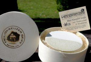 Zart pflegende vegane Bio-Gesichtsseife mit Hanf- und Wildrosenöl. Als Geschenk verpackt in der geiligkreuzer Spandose auf Holzwolle.