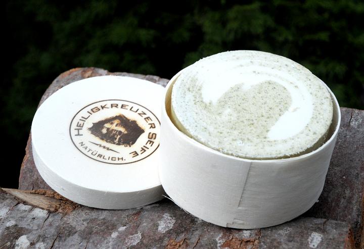 Zart pflegende vegane Bio-Gesichtsseife mit Hanf- und Wildrosenöl. Als Geschenk verpackt in der Heiligkreuzer Spandose auf Holzwolle.