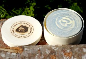 Duftige Pflege: Lavendel-Ziegenmilchseife als Geschenk verpackt in der Spandose.